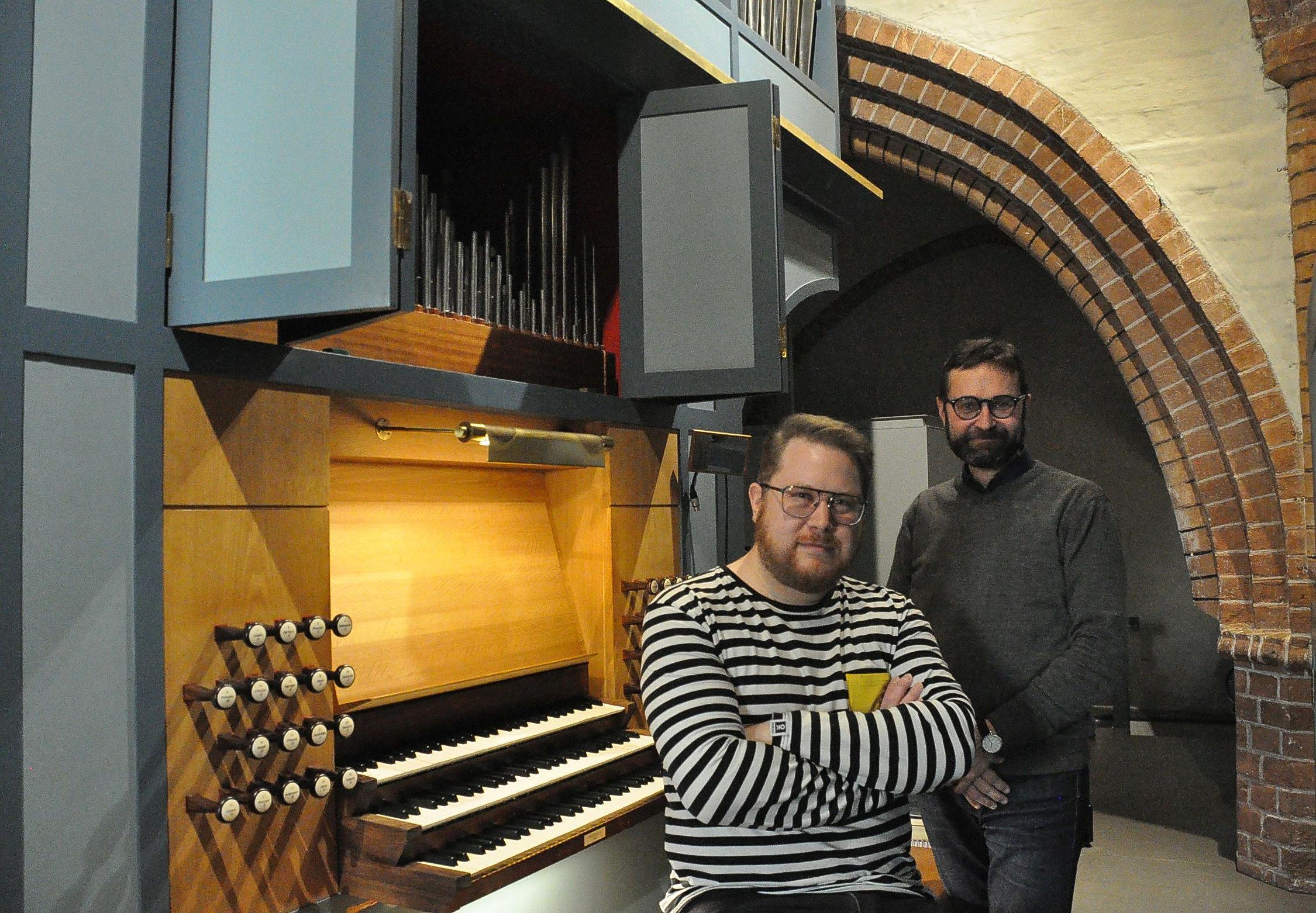 Två män och en orgel