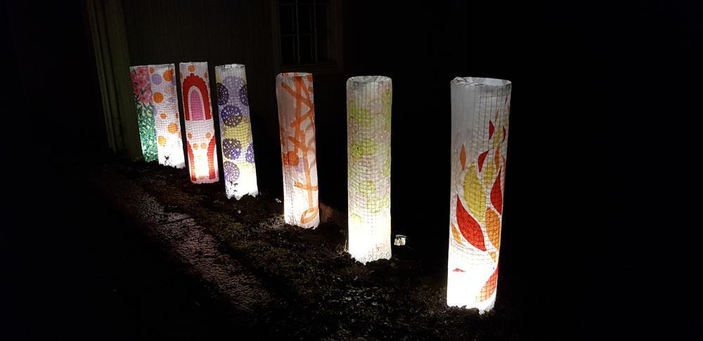 upplysta papperscylindrar, ljuskonstverk